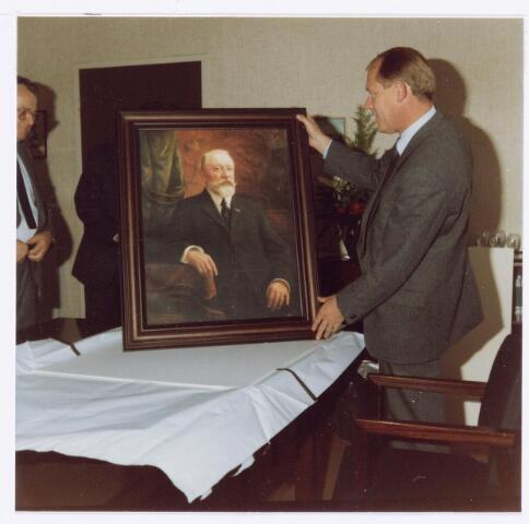 039110 - Volt. Noord. Jubileum. Het 75-jarig jubileum van Volt. Ir. Jan Iding (rechts, directeur van Volt) kreeg dit portret aangeboden.  Het is een replica van een schilderij van de oprichter van Volt de wijnhandelaar F.J.J.B.Verbunt. Het schilderij werd  gemaakt door C.Vermoelen voor 1916. Het origineel is in het bezit van het Regionaal Archief Tilburg.  Links is nog juist zichtbaar de heer van Erven, destijds hoofd Technische Bedrijven van Volt.
