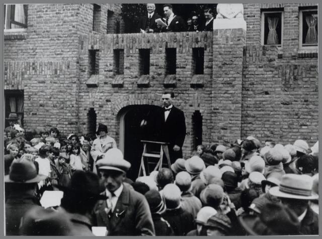 88780 - Opening gemeentehuis Terheijden. Op bordes Commissaris der Koningin jhr. mr.dr. A.B.G.M. van Rijckevorsel (links) en burgemeester W.A.J. van der Meulen (rechts). Schoolkinderen uit de gehele gemeente zongen gezamenlijk het lied: 'Het nieuwe gemeentehuis'.