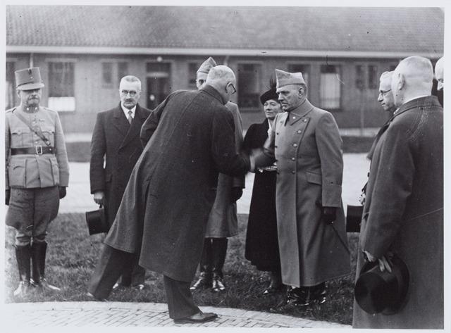 053697 - Opening van de Willem-II kazerne; burgemeester Vonk de Both feliciteerde groot-majoor Heeren, commandant van de kazerne