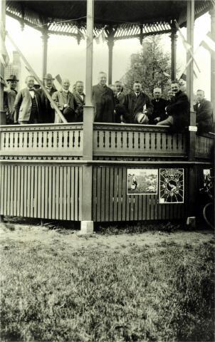 054631 - Landbouwtentoonstelling te Hilvarenbeek rond 1925. Op de kiosk aan de Vrijthof v.l.n.r. N.N., Frans van Doormaal, drie onbekenden, pastoor Van Beijnen, burgemeester J.C. de Rooij, de wethouders Koob van Raak en Jan Wijten, meester Lauwers en meester Brekelmans, beiden landbouwonderwijzers.