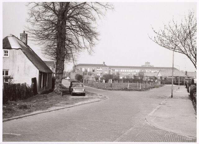 015694 - Bokhamerstraat. Op de achtergrond het Paulus-lyceum