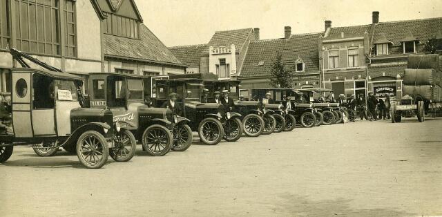 200107 - Fordjes van dealer Th. Knegtel op het Piusplein. Links op de achtergrond de koopmansbeurs.