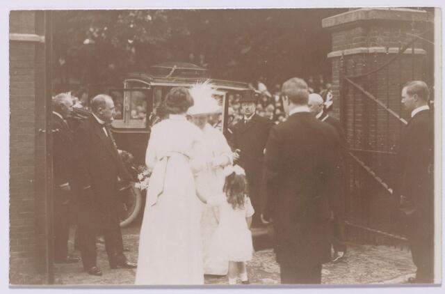 043518 - Koningin Wilhelmina brengt een bezoek aan textielfabriek Beka (Van den Bergh-Krabbendam) aan de St. Josephstraat. Zij wordt verwelkomd door Adolph en Frits van den Bergh, de vrouw van Adolph en zijn dochter Mientje.