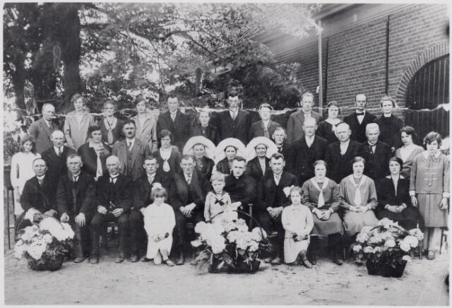046052 - Voor de boerderij van Kees Moonen aan de Maasstraat C113, later Van Haestrechtstraat nr. 2, werd t.g.v. van de priesterwijding van Piet Moonen, die op 22 juni 1930 te Goirle zijn eerste H. Mis opdroeg, deze foto genomen. Het kind rechts op de voorgrond is Annie van Erven (1920-). Zittend op de eerste rij v.l.n.r. Giel van Roessel (1880-1954), Peer van Erven (1875-1941), zijn broer Janus van Erven alias boer Pul (1879-1957), dan zes broers en zusters: Jan Moonen (1902-1978), Willem Moonen (1899-1966), priester Piet Moonen (1905-1993), Janus Moonen (1900-1981), Nel Moonen (1901-1972), Kee Moonen (1904-1984), en Mieke van Puijenbroek (1903-1975) (vrouw van Jan Moonen). Op de tweede rij v.l.n.r. Cor van Erven (1914-)?, Piet Moonen (1899-1986), Van Heijst uit Tilburg en haar man N.N., Anna Maria van de Pol (1890-1969), (vrouw van Janus van Erven), Kee van Roessel (1884-1970), Leentje van Roessel (1877-1958) en Marie van Roessel (1876-1965), die trouwde met P.J. van Gestel. Zij waren zussen van Giel van Roessel. Vervolgens N.N., Janus Moonen (1891-1980) en Jan Moonen (1890-?), neven van de neomist, Willem Norbert van Heijst (1863-1948), zijn dochter Anna van Heijst en zijn nicht en stiefdochter Francisca van Heijst. Op de laatste rij v.l.n.r. Drikske de Brouwer, Jana van Erven (1911-), Jet Vissers-Moonen (1903-?), Jo van Erven (1912-), Cornelis L. van Oirschot, alias Hoeven (1896-1930), zijn vrouw Kee Moonen (1892-1977), Jan de Brouwer (1892-1973), zijn vrouw Jana Moonen (1898-1978), Therus Moonen (1890-1965), diens vrouw Agnes (Sus) van Roessel (1905-1977), Kees van den Brand (1893-1973) en diens vrouw Anna Moonen (1897-1977). De boerderij van de familie Moonen werd gesloopt in 1967.