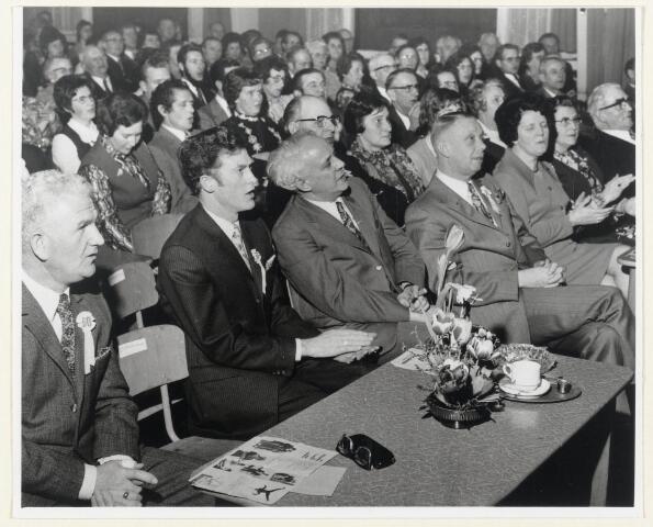 91020 - Made en Drimmelen. Het 60-jarig bestaan van NKV Made. Jubileum bijeenkomst met J. Mertens