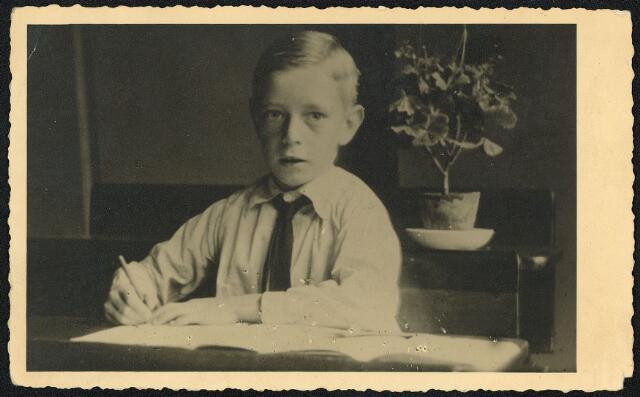 604422 - Tweede Wereldoorlog. Oorlogsslachtoffers. Johannes Theodorus J.C. van Loon, werd geboren op 30 oktober 1932 in Tilburg en voerleed op 21 februari 1945 in Tilburg.  Ook Johannes van Loon was een van de tien kinderen die omkwamen door een scherfbom, uitgeworpen in dichte mist en daarom compleet onverwachts, De kinderen waren op dat moment met Engelse militairen aan het spelen op een veldje.