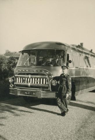 1696012 - Ter ere van het 25-jarige bestaan van het Rode Kruis korps Oisterwijk rijdt een colonne en worden oefeningen gedaan op 30 oktober 1960. Een man in uniform poseert bij een bus.