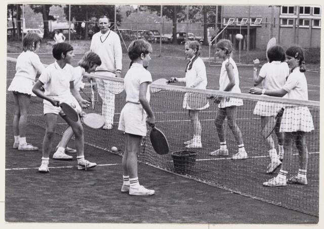 101184 - Sport. Tennis.Tennisters geven een demonstratie van de tennisles