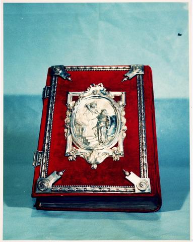 035934 - Kunstschatten; kerkschatten.  Met zilver beslagen missaal van de R.K. kerk van de H. Dionysius van het Heike