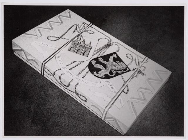 037691 - Textiel. Geschenk van de firma H. F. C. Enneking aan prins Bernhard, bestemd voor de prinsesjes. Het werd hem aangeboden tijdens zijn bezoek aan de fabriek op 13 november 1950. De doos bevatte stof van kameelhaar