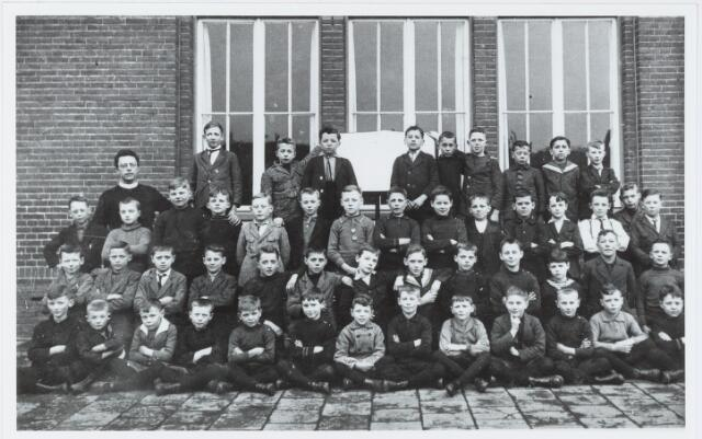 051308 - Basisonderwijs. Klassenfoto r.k. lagere school. De Leoschool. De onderwijzer is frater Leopold Moens.