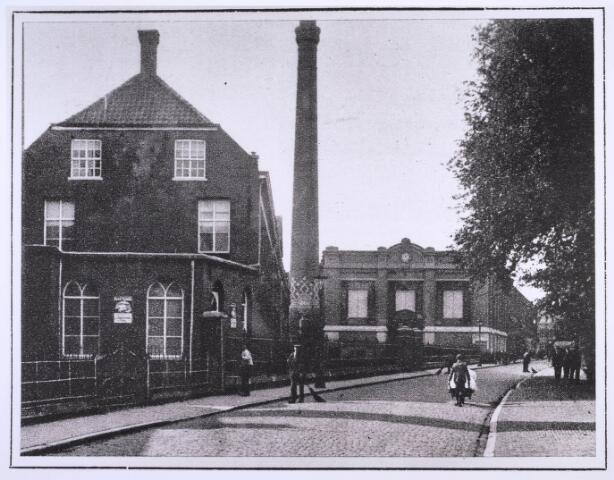 023314 - Textiel. Een gedeelte (ketelhuis en schoorsteen) van wollenstoffenfabriek Van den Bergh - Krabbendam omstreeks 1927