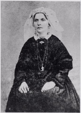 046088 - Goirlese klederdracht ± 1880. De vrouw hoort gezien haar kleding en sieraden tot de Goirlese dorpsnotabelen. Waarschijnlijk is zij een lid van familie Pijnenburg, die later bij K.B. haar achternaam veranderde in Peijnenborg.