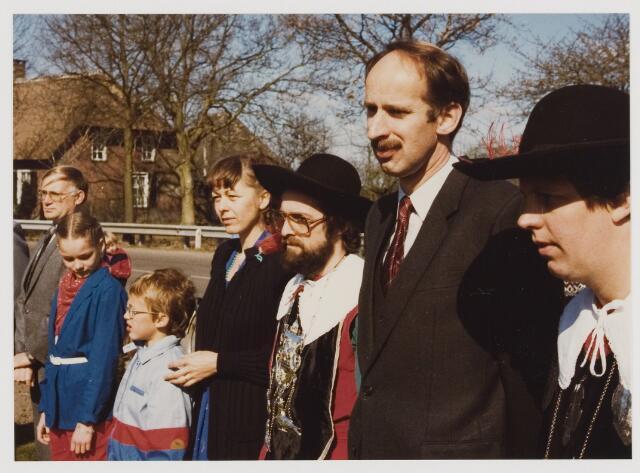 079995 - Udenhout: 17-04-1982. Installatie van de heer Hein (H.J.M.) Tops als burgemeester van Udenhout. De fam. Tops aandachtig luisterend. De burgemeester tussen de gildebroeders.