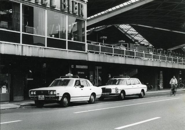 200352 - Taxis bij het station NS aan de Spoorlaan.