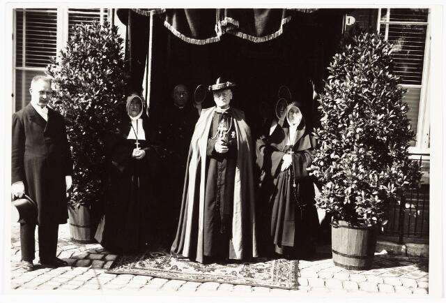 007795 - De kardinaal W. van Rossum bezoekt de zusters van Liefde aan de Oude Dijk Tilburg. 10-9-1929.