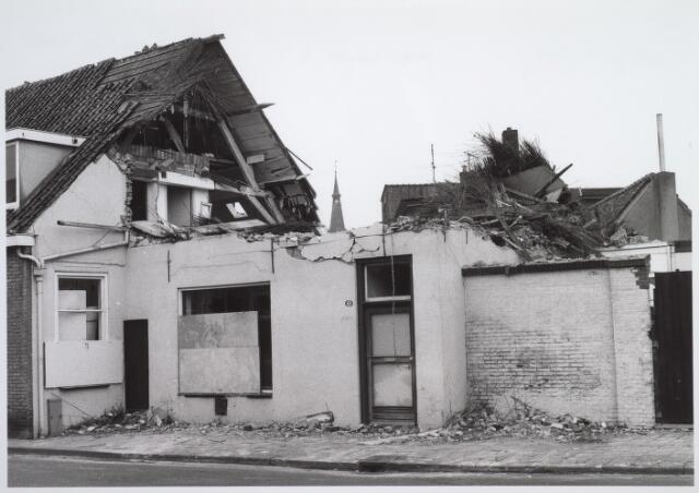 026572 - Sloop van het Kempisch verdiepinghuis op de hoek Molenstraat - Hoefstraat begin maart 1981