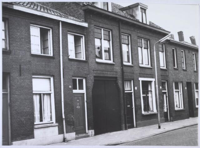 024186 - Panden Prinses Sophiastraat 65, 67, 69 en 71 (van rechts naar links). Bij het raam boven de poort is een zogenaaamde 'spion' aangebracht, zodat men van binnen kon zien wie er had aangebeld