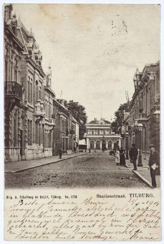 002570 - Stationsstraat richting station. Rechts bij de gaslantaarn de ingang van de Poststraat.
