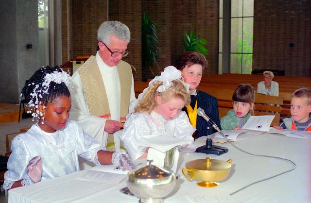 655352 - Kerk. Katholiek. Religie. Communicanten. Eerste Heilige Communie viering in de Tilburgse Lourdeskerk op 12 mei 1996.