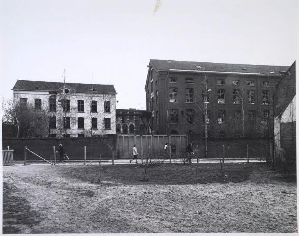 024416 - Textiel. Gebouwen van de voormalige textielfabriek Brouwers aan de Korte Schijfstraat. Na jarenlange leegstand werd het complex in 1985 gesloopt en verschenen er woningen