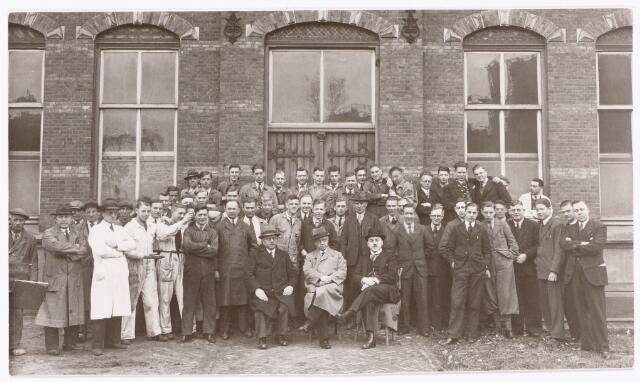 051853 - Lager en Middelbaar Voortgezet Onderwijs. Rijkswerkplaats voor jeugdige Werklozen. Een groep deelnemers met zittend v.l.n.r. Dhr. Raath; directeur en wethouder Dhr.  Eykemans v. Delft (Arbeidsbureau).