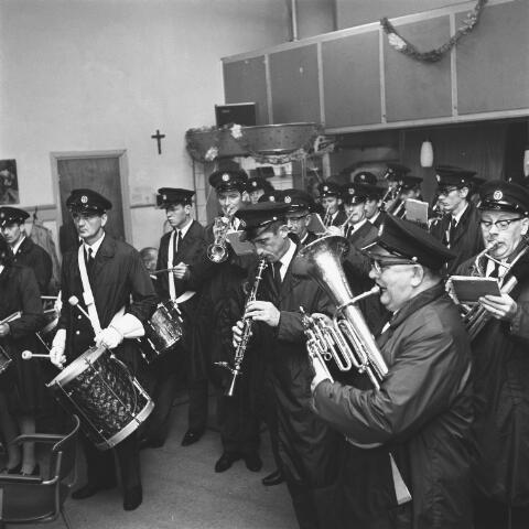 072658 - Muziek. Goirlese Harmonie Oefening en Uitspanning. In het midden met klarinet : Jozef Sprengers. Op de voorgrond rechts : Manus Spijkers, en achter hem : Theo Basemans.