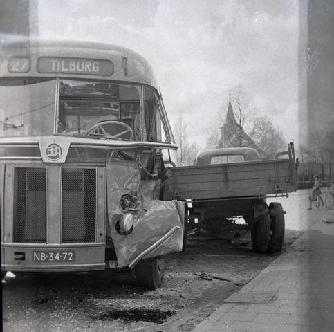 654670 - Persfoto. Ongeval met stadsbus.