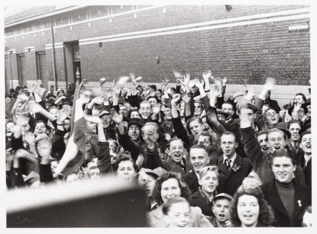 013334 - Tweede Wereldoorlog. Bevrijding.  De Tilburgse bevolking gaf de bevrijders een warm onthaal, zoals hier in de Kloosterstraat. Vlaggen, vaantjes, alle Oranjespullen werden weer tevoorschijn gehaald
