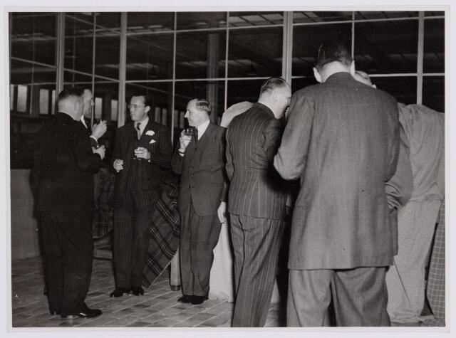 037689 - Textielindustrie. Prins Bernhard heft het glas met directieleden van wollenstoffenfabriek H. F. C. Enneking tijdens zijn bezoek aan het bedrijf op 13 november 1950