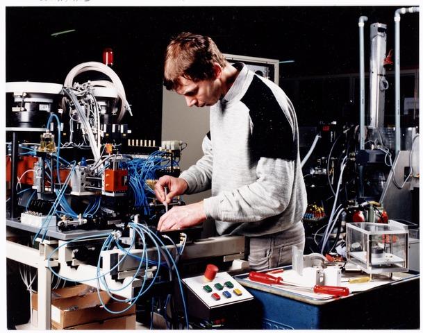 038903 - Volt. Noord. 15-01-1988. Montagewerkzaamheden bij de  Bedrijfsmechanisatie. Later dat jaar werd de naam PS&A ingevoerd. Op de foto Peter de Laat.