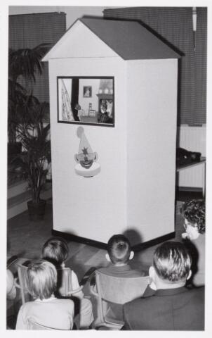 038733 - Volt. Oosterhout. Sint Nicolaasviering voor de kinderen van het personeel in 1959. Hier de kinderen voor de poppenkast. Fabricage- of productie vond in Oosterhout plaats van april 1951 t/m 1967. Sinterklaas. St. Nicolaas