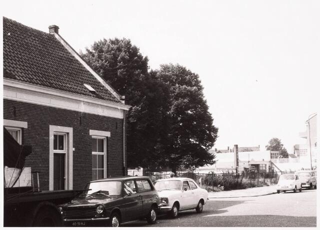 033349 - Braakliggend terrein aan de Tivolistraat met links de ingang van de Lanciersstraat, nu Dunantstraat, en rechts garage Lepelaers.