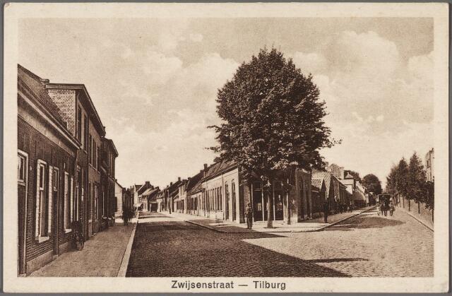 010477 - Links de Bisschop Zwijsenstraat, rechts de Piusstraat.