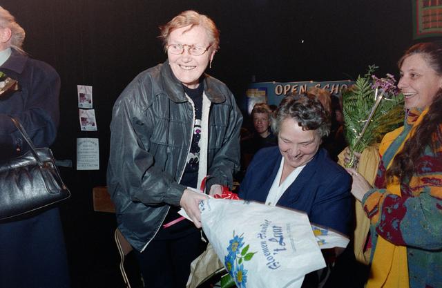 1237_001_037_027 - Vrijwilligerswerk. Een feestelijke bijeenkomst van Stichting Contour in Theater De Vorst (tegenwoordig theater de Nieuwe Vorst) in december 1997. Bloemen en felicitaties, mogelijk in het kader van de stimuleringsprijzen.