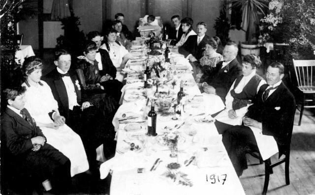 065012 - Piet van Besouw en Agatha Pluym met hun kinderen bij de viering van hun zilveren bruiloft in hotel de Kroon. Piet van Besouw was directeur van de firma Van Besouw tot 1917. Textielindustrie
