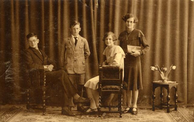 093081 - De kinderen Tack gefotografeerd in Rotterdam. Van links naar rechts Antonius (Toon), geboren te Dordrecht op 10 mei 1916,  Johannes (Jan), geboren te Mnnheim (D) op 17 maart 1920,  Maria (Marie), geboren te Dordrecht op 30 oktober 1918 en Sophia Antonia (Sofie) Tack, geboren te Maastricht op 7 juni 1917. Hun ouders waren Petrus Tack en Geertruida Margaretha Hendrika Huisveld. Als weduwe hertrouwde Truus Huisveld te Geertruidenberg op 9 november 1932 met Johannes Cornelis Snels uit Goirle. Zij verhuisde daarna met de kinderen Tack naar Goirle.