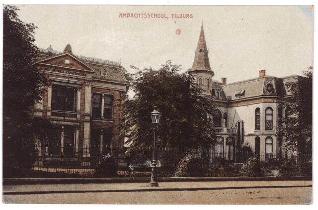 002211 - Spoorlaan links de ambachtsschool, rechts villa Joseph. Op de voorgrond een gaslantaarn.