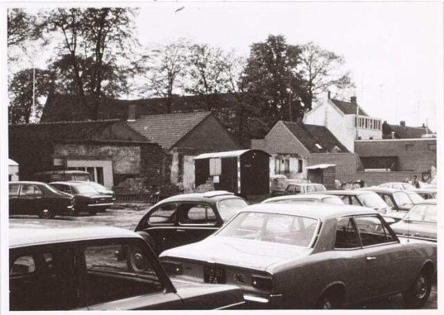014343 - Geparkeerde auto´s op het terrein van de voormalige St.-Denisschool in de Antoniusstraat in februari 1974