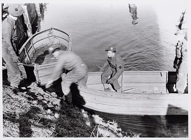 013248 - WO2 ; WOII ; Tweede Wereldoorlog. Bevrijding. Schotse militariren steken per roeiboot het Wilhelminakanaal over nabij de vernielde draaibrug aan de Bosscheweg