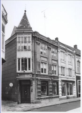 026912 - Pand in de Nieuwlandstraat uit 1907, ontworpen door Tilburgse architect C. J. van Hoof, met 18e eeuwse kern. Was ooit eigendom van de familie Verschuuren. Ten tijde van deze foto, halverwege oktober 1981, was er antiquariaat Nillco gevestigd. Links de Vincentiusstraat