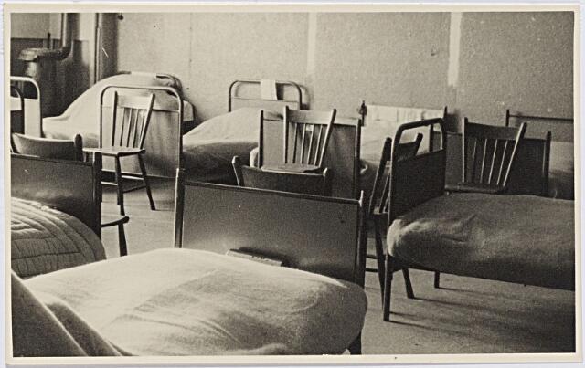 012291 - Tweede Wereldoorlog. Evacuatie. Slaapzaal van het noodziekenhuis in de Leo XIII-school, waar vanaf half november 1944 evacués uit de Betuwe werden opgevangen