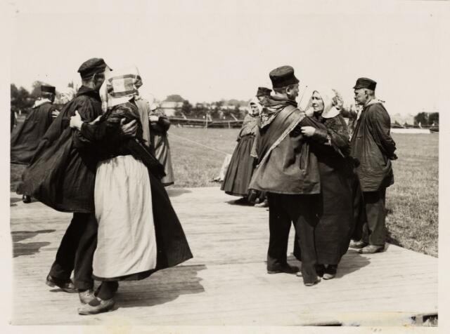 048933 - Dansen uitgevoerd door het gilde uit Esschen (B) tijdens een folkloristischfeest te Tilburg.
