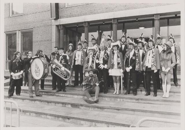 081882 - Rijen. Carnaval 1974. Prins Bernado Speekenbrink met zijn gevolg op het bordes van het gemeentehuis