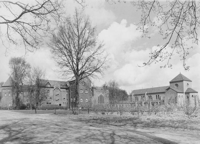 105220 - Het oude en nieuwe gedeelte van de St. Paulusabdij in 1956. op de voorgrond de boomgaard. Kloosters. Sint Paulusabdij.