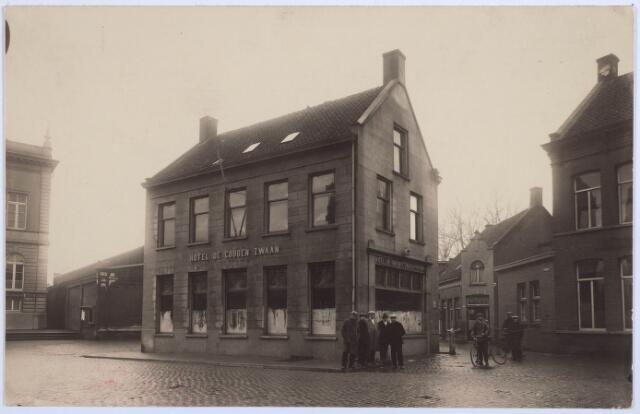 027804 - Oude Markt 10, Hotel De Gouden Zwaan, Jos A.F. Broeckx. Straatje rechts: Kloosterstraat.
