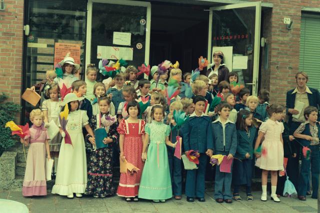 1237_012_978_018 - Religie. Kerk. Katholiek. Communicanten. De eerste Heilige Communie in de Sint Lidwina parochie in mei 1976.