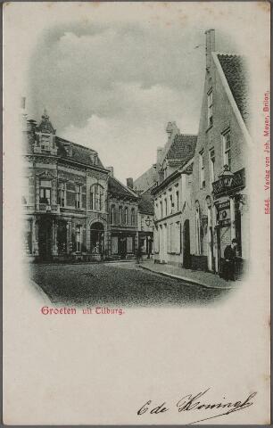 011353 - Heuvelstraat richting Zomerstraat ter hoogte van de Oude Markt. Rechts het in 1665 voor drossaard Arnoldus Cloostermans gebouwde huis. In de 17e eeuw bekend als herberg 't Swart Peert'. Bij de afbraak in 1910 bestond het pand uit twee woningen, links woonde Woestenbergh en rechts Van den Meijdenberg. In het pand rechts van dit huis was vanaf 1837 de drukkerij en boekhandel van A.J. van der Voort & Zonen gehuisvest. In 1882 is dit bedrijf overgenomen door Antonie Arts. In 1898 werd er drukkerij Bergmans gehuisvest en 1903 drukkerij Bijvoet Mutsaers. Deze panden zijn in 1910 afgebroken ten behoeve van nieuwbouw van boekhandel Bergmans en de firma P. de Gruyter.