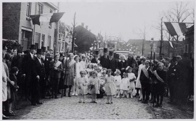 """044280 - Op 27 april 1931 vierden Johannes Josephus (Sjef) Oostelbos en Johanna (Sjo) van Bergen, woonachtig aan de Rielseweg (nu Generaal Winkelmanlaan) hun gouden bruiloft. Zij trouwden op 27 april 1881. Johannes Josephus Oostelbos werd geboren te Tilburg op 13 augustus 1857 en was wollenstoffenwever van beroep. Zijn vrouw werd geboren te Chaam op 19 maart 1854. De bruiloft werd groots gevierd: er was zelfs een erecomité bestaande uit """"de weledele heeren"""" J. van Oudenhoven, H. Huijsmans en C. van Arendonk. Naast zijn beroep van wever had Oostelbos nog vele hobby's o.a. tuinieren en fotograferen. Op de foto op de achtergrond de Laarstraat."""