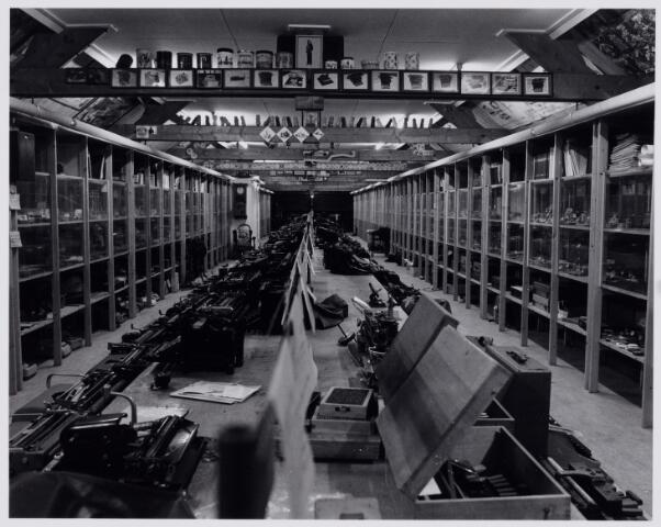 103868 - Tentoonstelling. Het museum. 'Scryption' voor schrift-schrijven en schrijfmachines, is bijeengebracht door frater Ferrerius van de Berg (1915-1997). Hij is directeur van de stichting Schrift en Schrijfmachine Museum. Gedurende vele jaren werd de enorme verzameling opgeborgen op de zolder van het Moederhuis aan de Gasthuisstraat(ring). Een gedeelte werd opgeslagen in  een hal van textielfabriek A. & N. Mutsaerts gelegen in dezelfde straat / hoek Phillip Vingboonstraat. Rond 1982 is het Scryption ondergebracht bij het Natuurkundig museum dat al  eerder werd ondergebracht in de gebouwen van de ambachtschool aan de Spoorlaan. Op zolder bij de fraters.